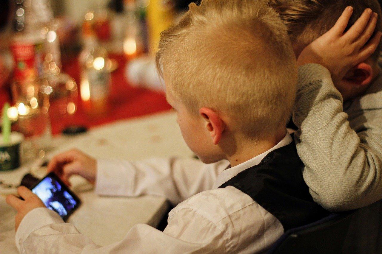 Ados et portable : se questionner,  se responsabiliser et informer nos enfants